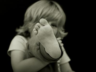 5 Reasons to Let Your Kids Go Barefoot